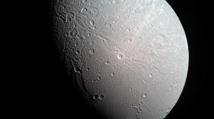Спутник Сатурна Диона — новое фото Кассини
