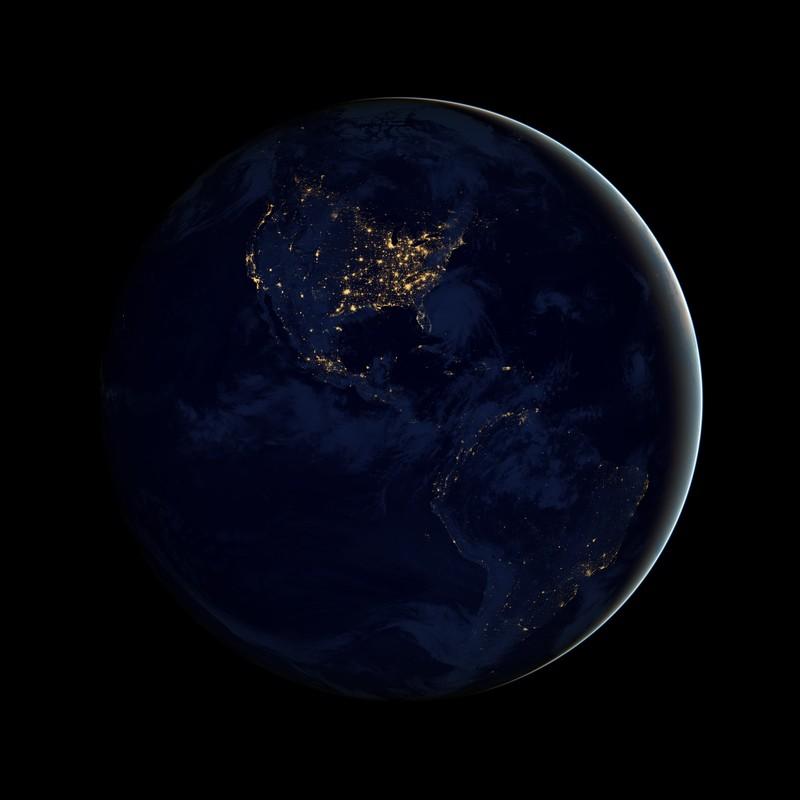 Северная и Южная Америки ночью