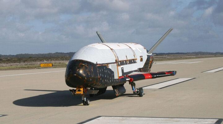 Загадочный шаттл Boeing X-37B готовится к посадке
