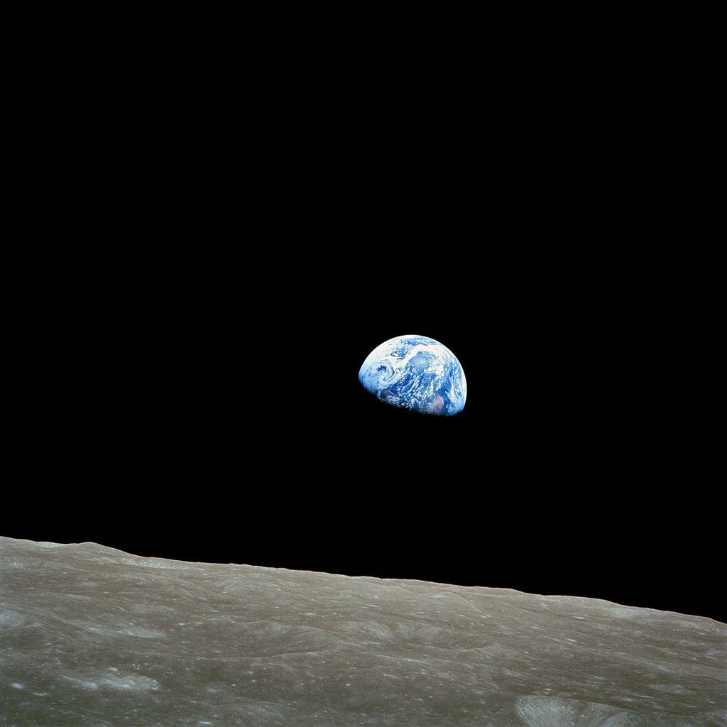 Восход Земли над лунным горизонтом