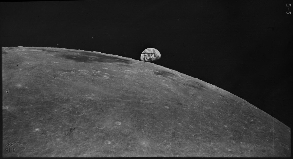 Земля и Луна от станции «Зонд-8»